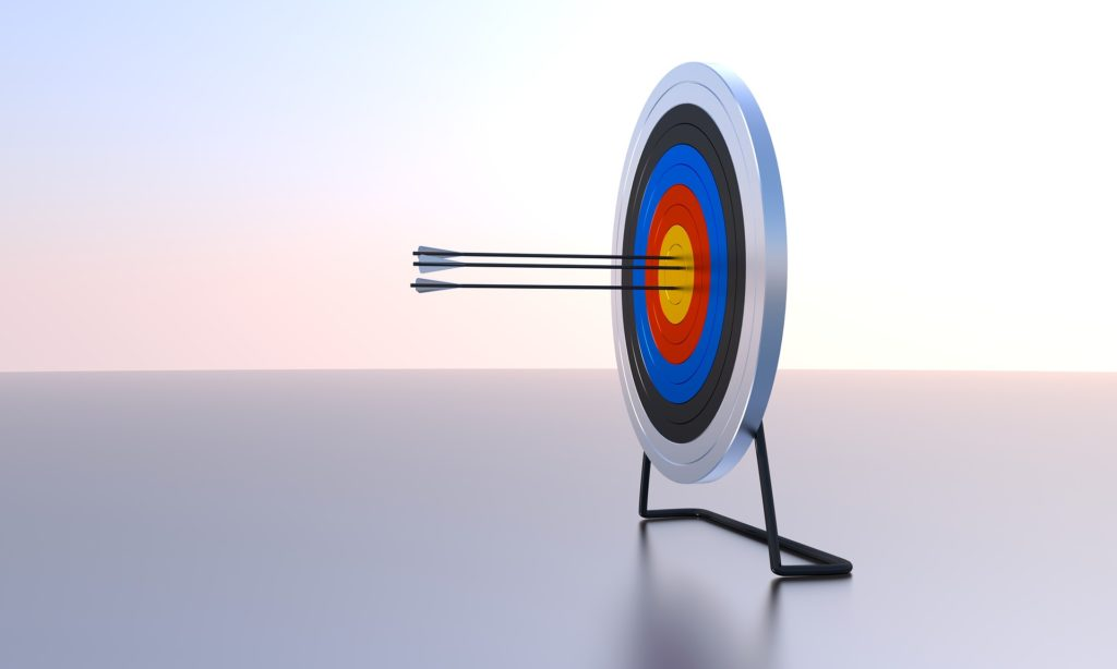 的の中心を射貫く3本の矢