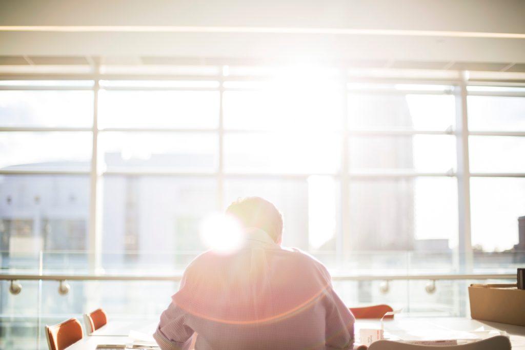 日の光の中勉強する青年