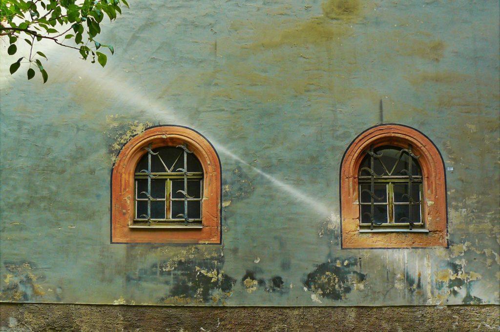 ヨーロッパ風の2つの窓と水色の壁