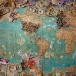 世界地図の上にお金