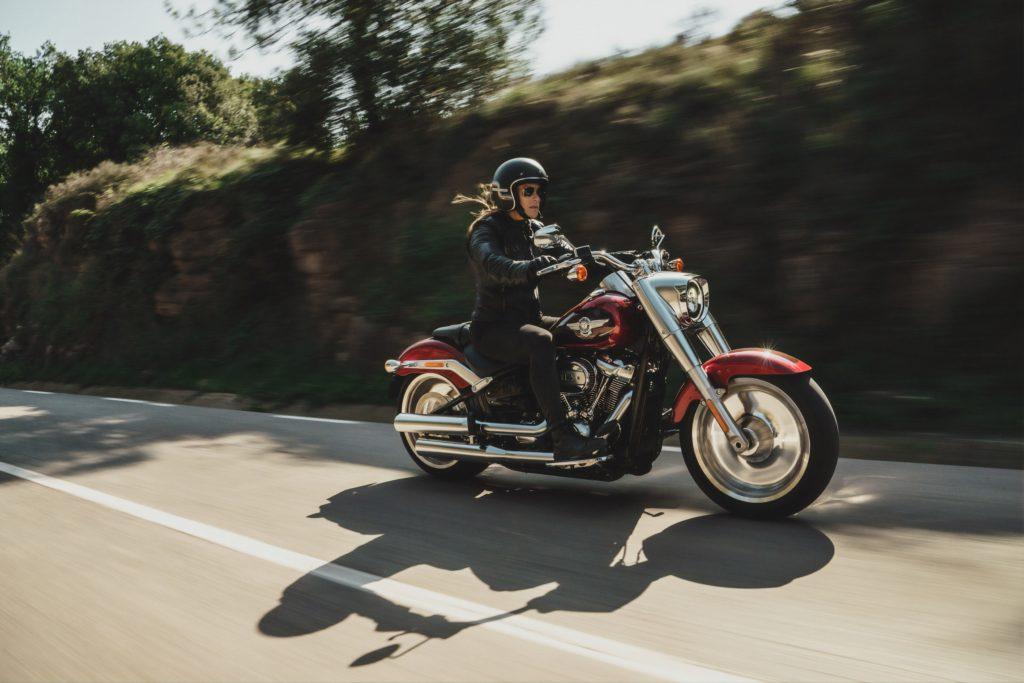 ハーレーダビッドソンのバイクにのる女性
