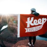 keep-exploreの旗を持つ男性