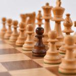 チェスで白の駒の中に混じった黒い駒