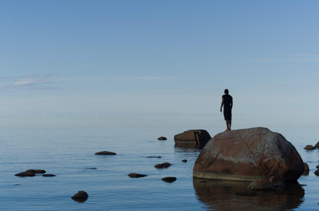 海岸に独りで佇む人