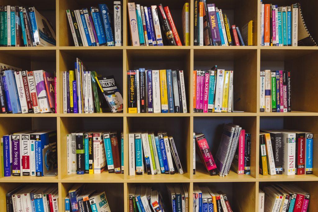 プログラミングの本が詰まった本棚