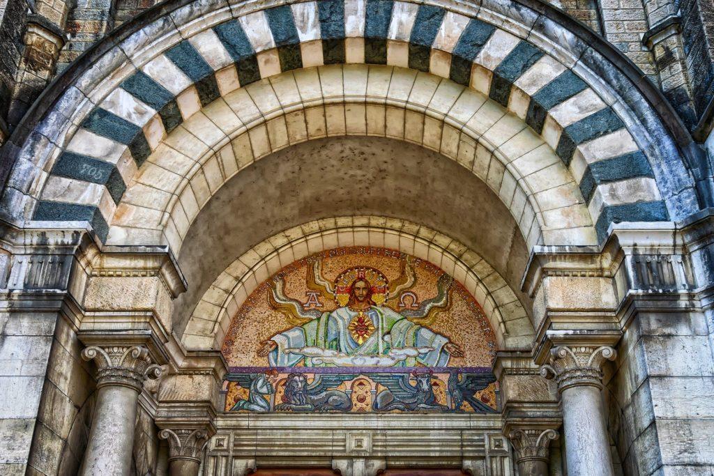 宗教画が書かれたゲート