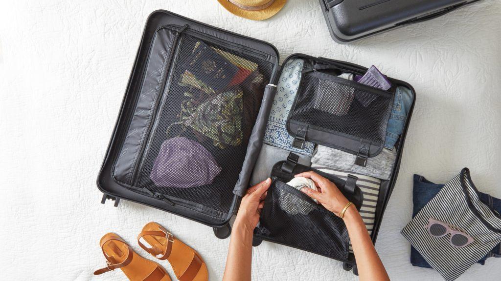 スーツケースにパッキングしている女性