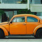 オレンジ色のレトロな車