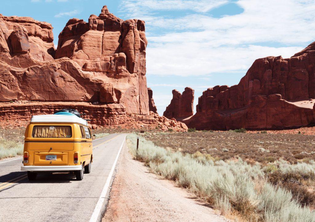 道路を走る黄色いワゴン