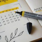 スケジュール帳と黄色いマーカー