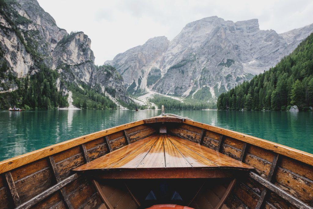 自然の中を小舟で下る