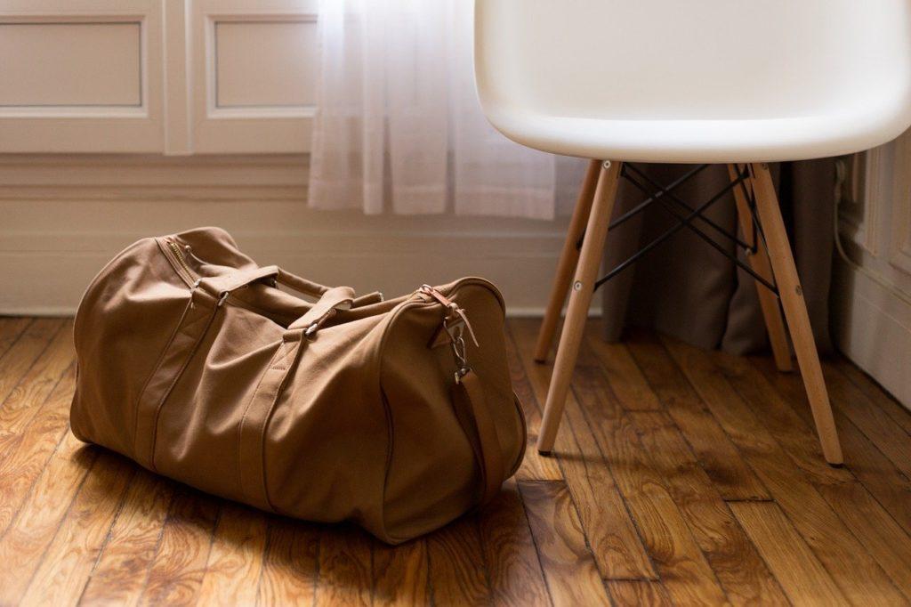 椅子と旅行カバン