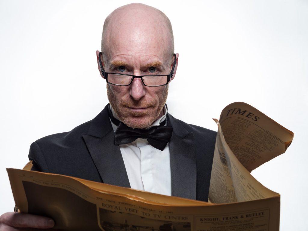 アメリカ駐在面接を前に新聞を読む紳士