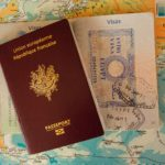 パスポートと世界地図