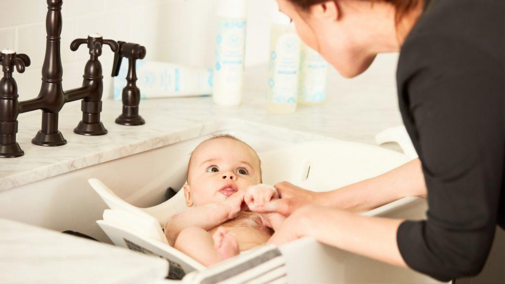 赤ちゃんをお風呂に入れる女性