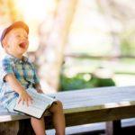 おしゃれな服を着て笑う子供