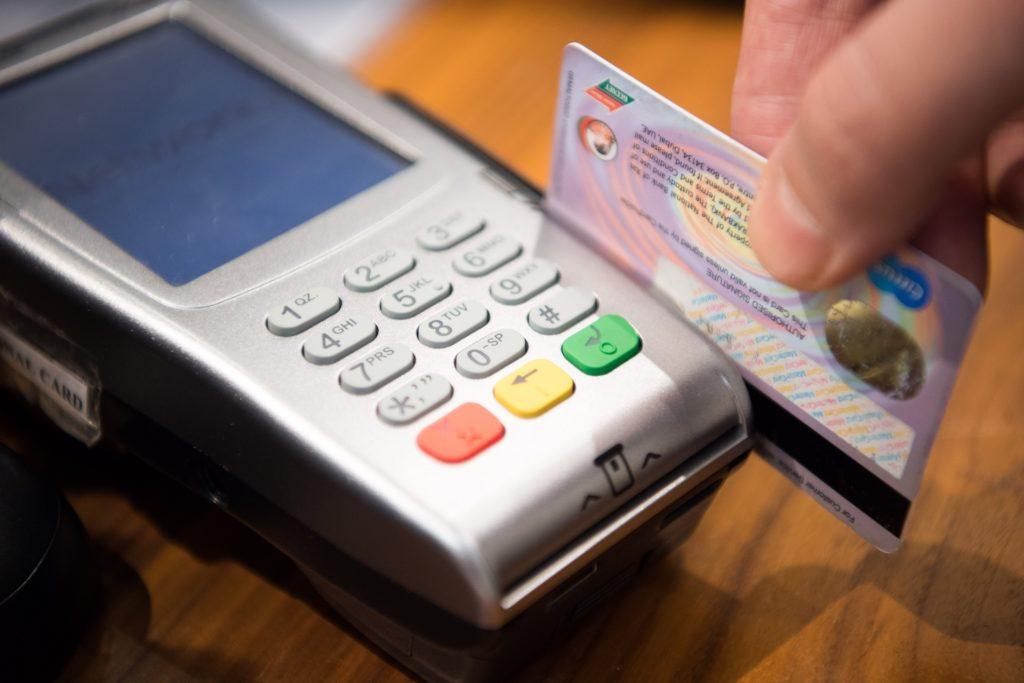 クレジットカードを読み取っているところ