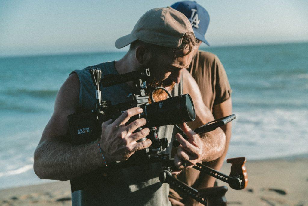 カメラを確認するフォトグラファー