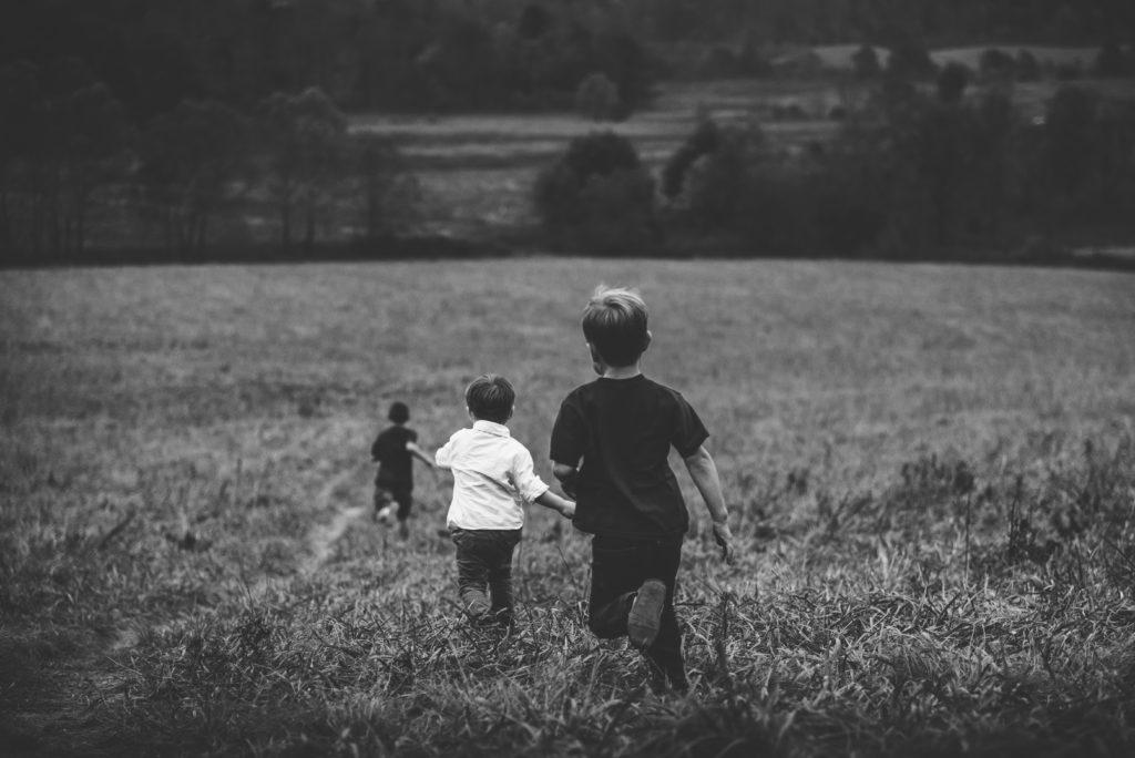草原で走る子供たち