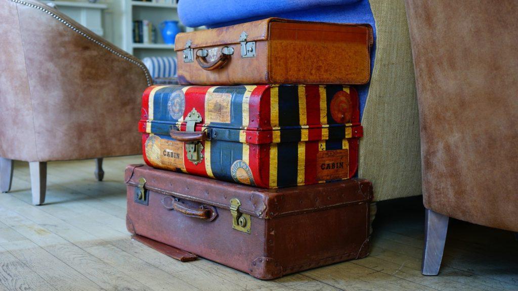 積み重なった旅行用スーツケース