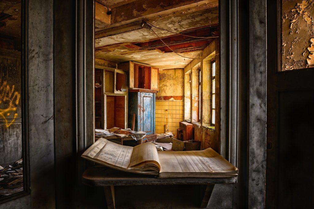 古びた部屋で開かれたノート