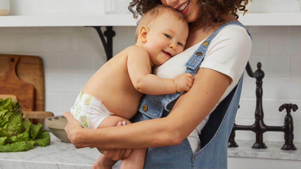 お母さんを抱きしめる赤ちゃん
