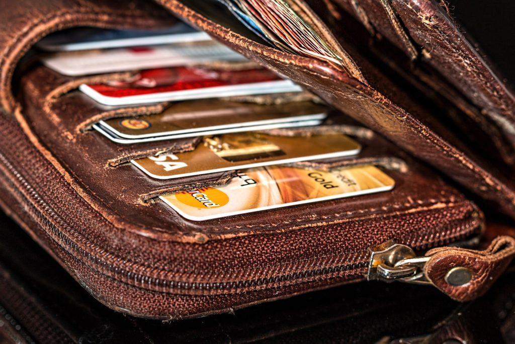 財布に入った複数のクレジットカード