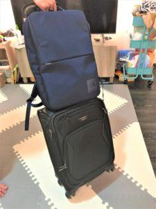 機内持ち込み用スーツケースとバックパック