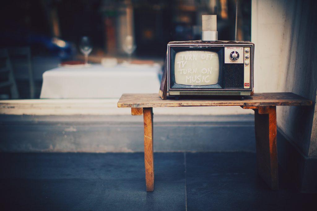 机の上のテレビ