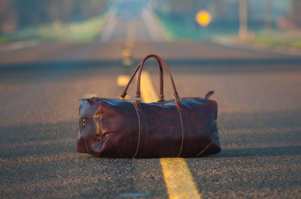 道路の上の旅行用バッグ