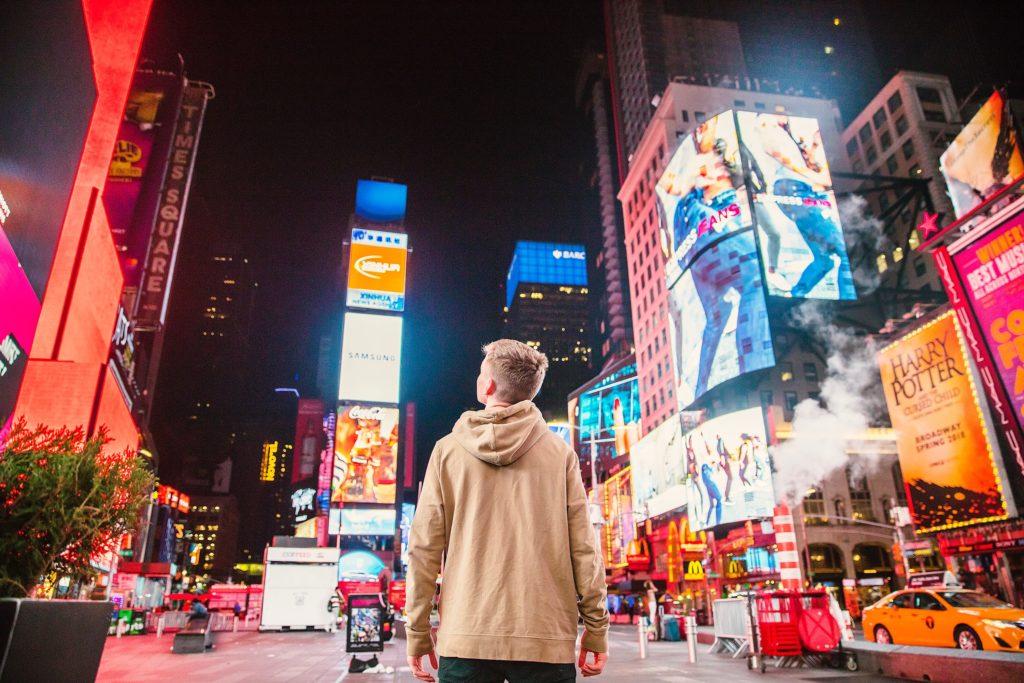 街の中で上を見上げる少年