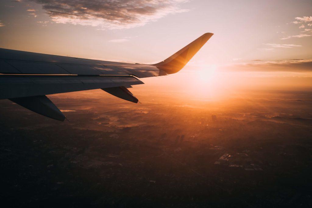 夕焼けと飛行機の羽