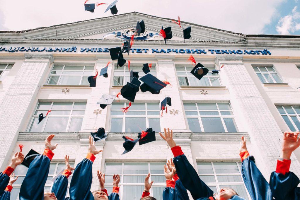 卒業式で帽子を投げる生徒たち