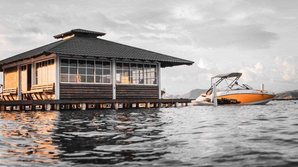 海に浮かぶ家と船